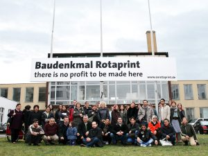 Die Mieterinitiative ExRotaprint am 10. Januar 2007. An diesem Tag hatte sich ein isländischer Investor zur Besichtigung angekündigt. Wenige Monate später war die ExRotaprint gGmbH in der Lage, das Firmengelände zu kaufen. (Photo: Michael Kuchinke-Hofer, 2007)