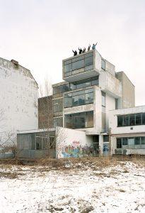 Der Kern von ExRotaprint zog 2000 in den hinteren »Kistenturm« ein: Ralph Baiker, Daniela Brahm, André Reuter, Les Schliesser und ein Gast. (Photo: Carsten Eisfeld)