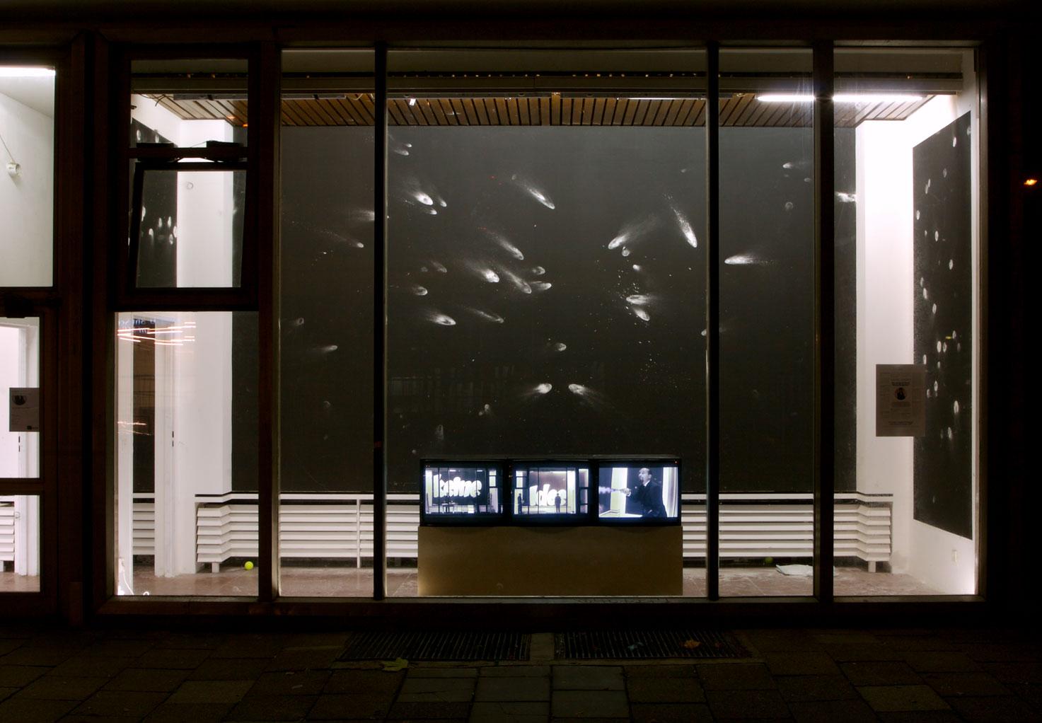 Les Schliesser – »mart, weltläufig und sammelt Häuser«, Installationsansicht, Cafe Moskau, Berlin 2007