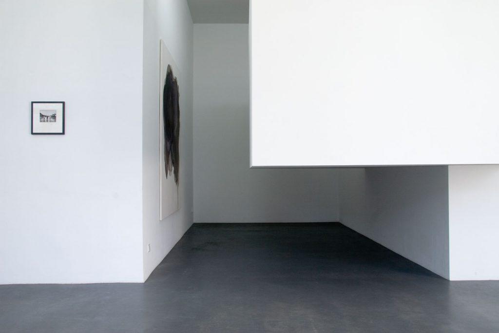 Les Schliesser – Installationsansicht: »Blinky3« aus der Reihe »Dokumente des Erscheinens«, »Sunday Painting 602« und »Raumverdränger« Sunday Painting 602